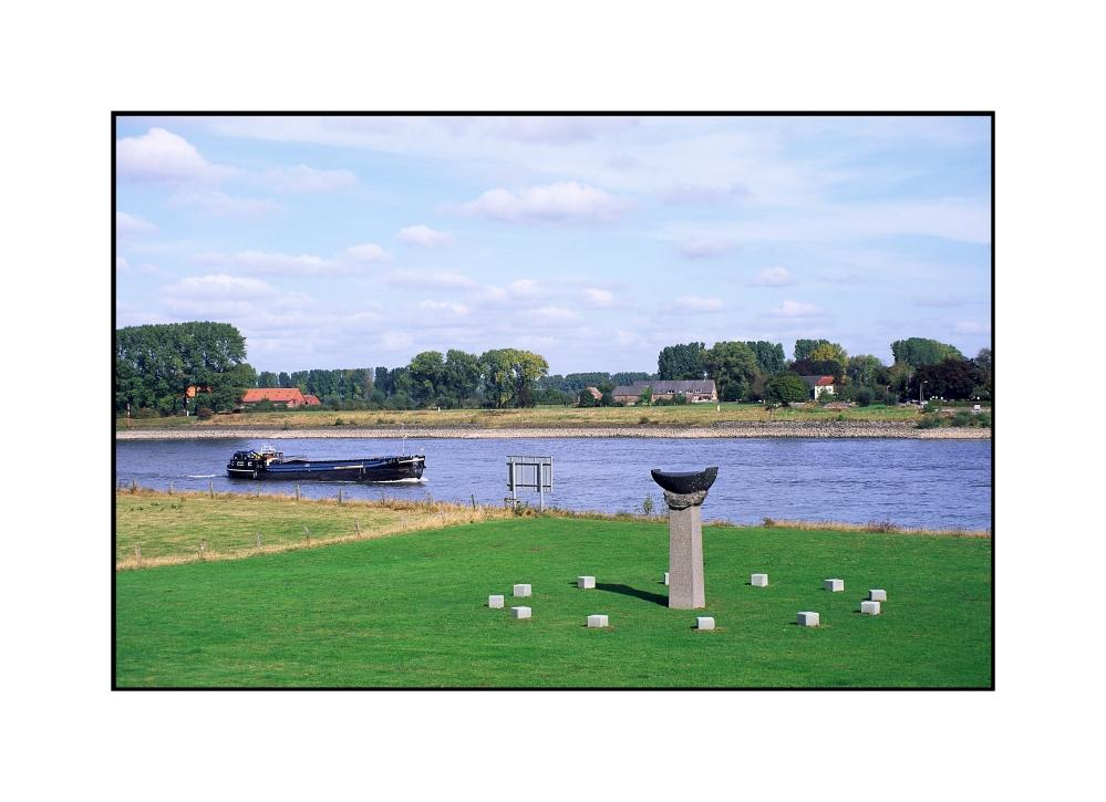 Steinboot von Christoph Wilmsen-Wiegmann in Grieth